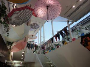 天井からも見たことが無い程のお洒落な傘が!
